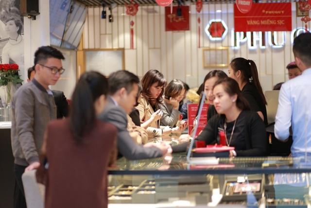Hàng nghìn lượt khách hàng đã đến mua sắm tại Tập đoàn vàng bạc đá quý Phú Quý vào dịp Black Friday 2017