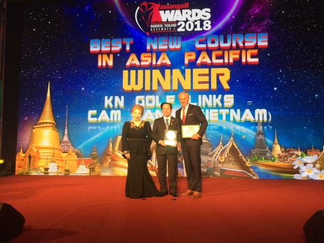 """Anh Hùng Lao Động, Chủ tịch HĐQT Lê Văn Kiểm cùng Huyền thoại Golf Greg Norman nhận danh hiệu danh giá """"Sân golf mới tốt nhất Châu Á Thái Bình Dương"""" tại Bangkok, Thái Lan"""