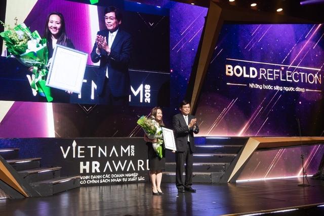 Ông Phạm Phú Ngọc Trai trao giải thưởng do Hội đồng thẩm định bình chọn cho Tập đoàn Y Khoa Hoàn Mỹ