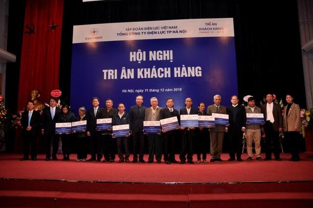 Lãnh đạo EVN HANOI cùng Solar BK trao quà tặng cho đại diện các khách hàng trên địa bàn Thủ đô.