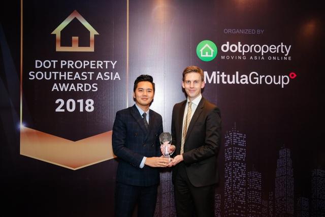 Ông Đỗ Dương Bảo Long - Giám đốc Kinh doanh Bất động sản Tập đoàn Flamingo nhận giải thưởng tại Dot Property Southeast Asia Awards 2018