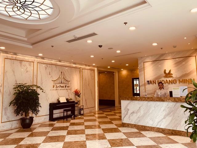 Ngay khi bước chân vào tòa nhà, mở ra trước tầm mắt là đại sảnh cao 7,5m, được ông chủ Tân Hoàng Minh không tiếc tiền bày trí như một khách sạn năm sao.