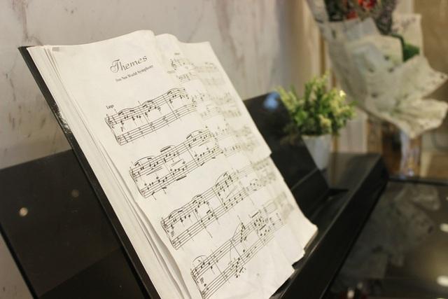Từ bộ bàn ghế cao cấp ngay đại sảnh để cư dân có không gian tiếp khách, đến chiếc đàn piano thỉnh thoảng vút lên thanh âm tuyệt sắc mang lại xúc cảm như đứng giữa một khán phòng.