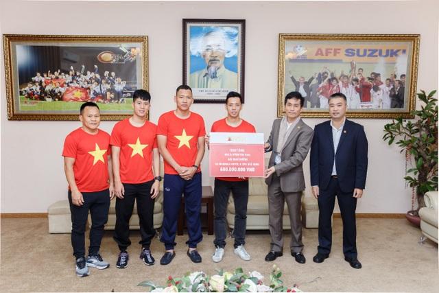 Apec Group trao thưởng 5,4 tỷ đồng cho đội tuyển quốc gia Việt Nam - Ảnh 2.