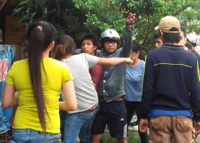 Chị Trang (áo thun xám) dùng chân đạp tên cướp
