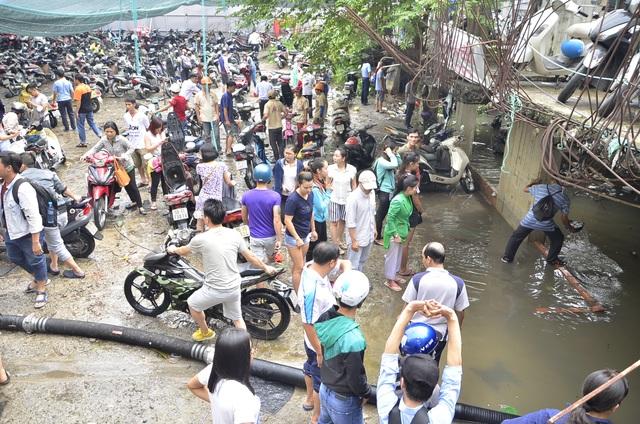 Cảnh bận rộn ở bãi giữ xe trên đường Nguyễn Siêu sáng nay.