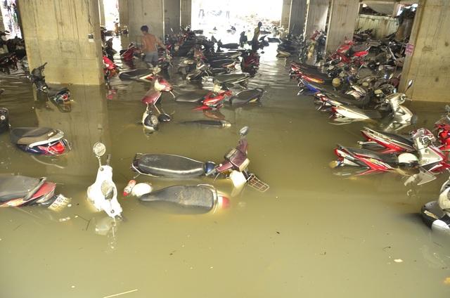 Đến sáng nay 27/9, hàng trăm xe máy vẫn chìm trong nước.