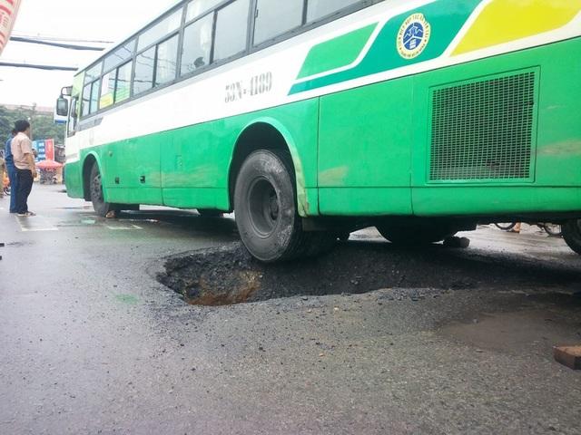 Chiếc xe buýt sụp hố sâu
