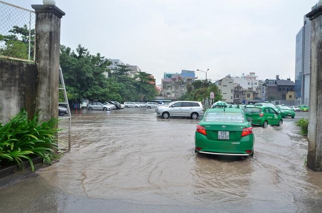 Một bãi xe gần sân bay bị nước tràn vào gây ngập