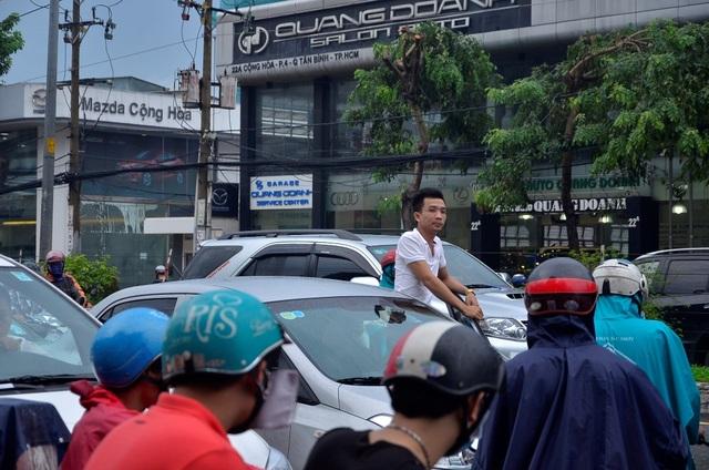 Một tài xế mở cửa đứng ngóng tình trạng kẹt xe phía trước