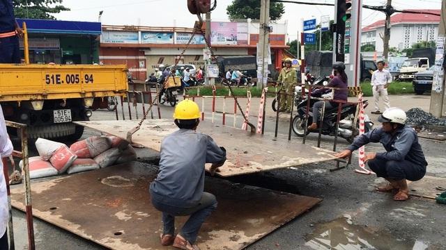 Công nhân tiến hành khắc phục sự cố sụt lún mặt đường