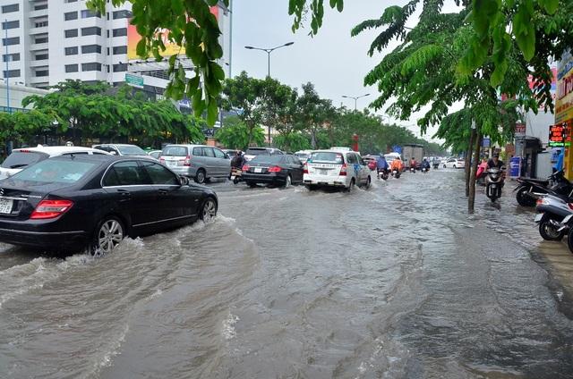 Đường vào sân bay bị ngập lênh láng sau cơn mưa lớn chiều 3/10
