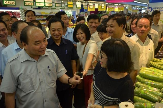 Thủ tướng hỏi thăm một người mua hàng trong siêu thị