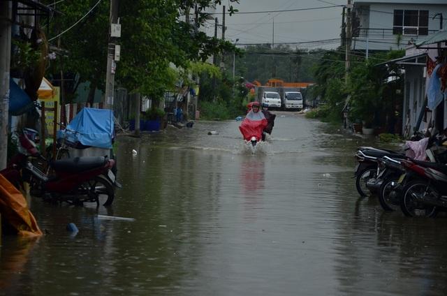 Triều cường kết hợp với mưa khiến nhiều tuyến đường ở TPHCM bị ngập nặng