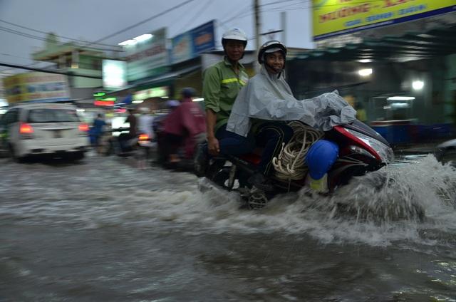 Đường Lê Văn Lương ngập đến nửa xe máy