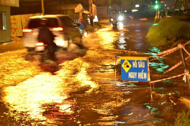 Cảnh báo hố sâu nguy hiểm trên đường Lương Định Của