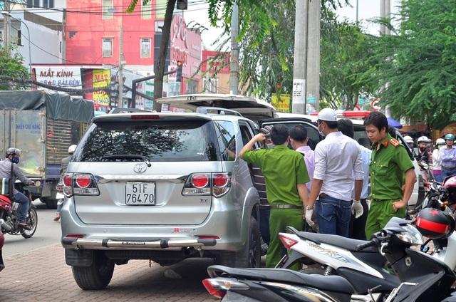 Công an tiến hành khám nghiệm hiện trường vụ hành khách người nước ngoài tử vong trên ô tô