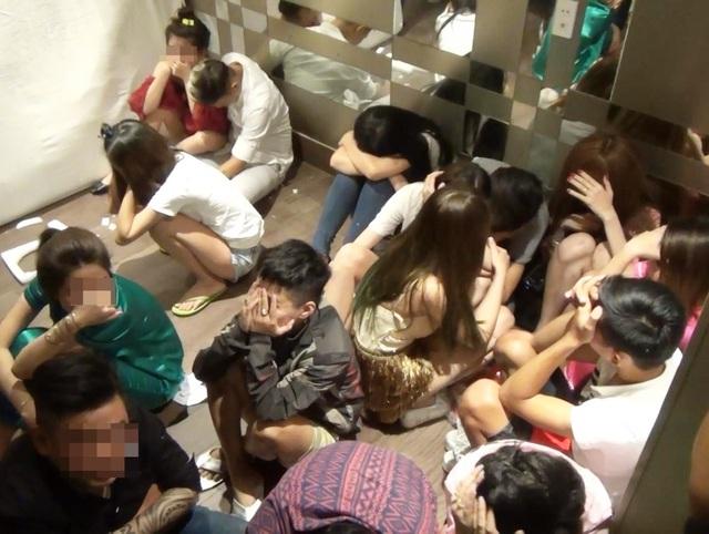 Nhiều nam nữ phê ma túy trong khác sạn bị tạm giữ