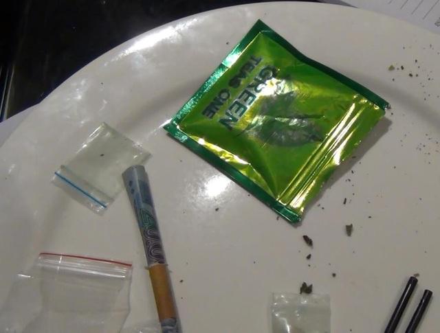 Những gói nilon nghi là ma túy và cỏ Mỹ bị thu giữ