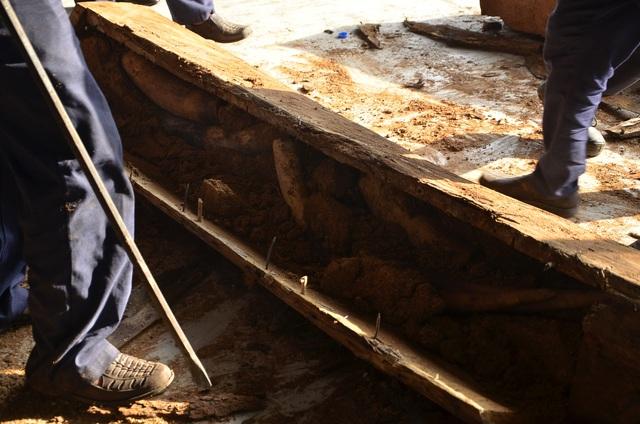 Công nhân tiến hành cạy các khu gỗ chứa ngà voi
