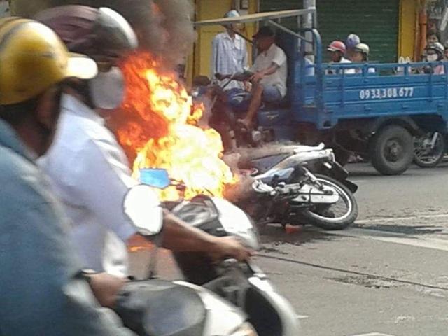 Chiếc xe máy bốc cháy ngùn ngụt giữa đường -Ảnh: Nguyễn Quý