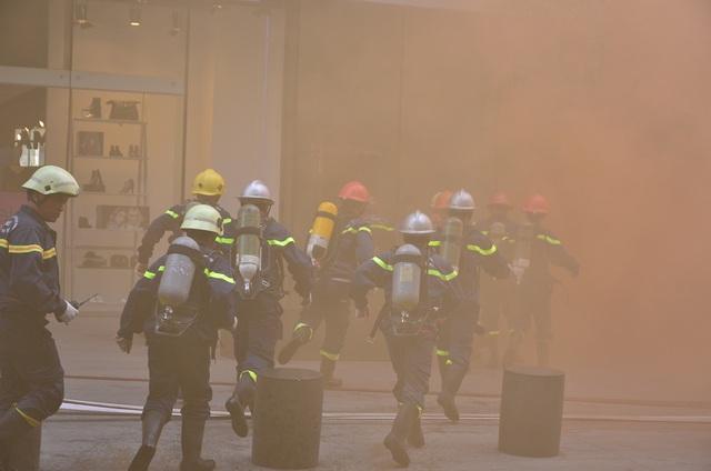Lực lượng cứu hộ tiếp cận trong tòa nhà để cứu người