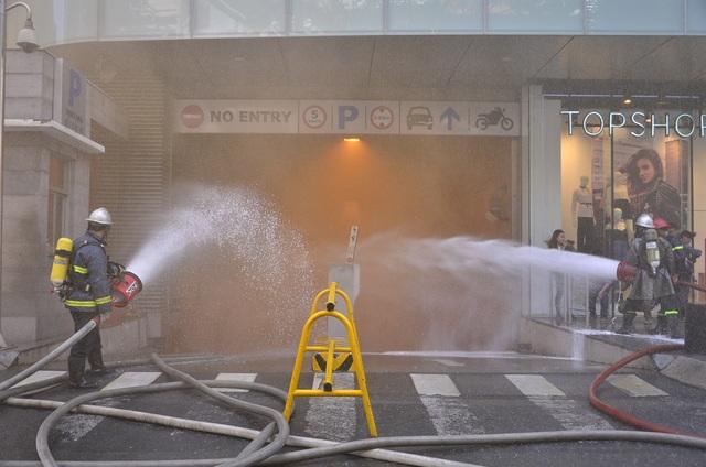 Cảnh sát phun nước vào bên trong hầm B1 nơi xuất phát cháy