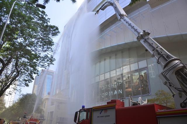 Phun nước làm mát bên ngoài tòa nhà.