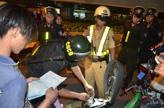 Ngoài việc kiểm tra hành chính, lực lượng Cảnh sát cơ động và Cảnh sát 113 sẽ kiểm tra cốp xe để phòng ngừa tội phạm