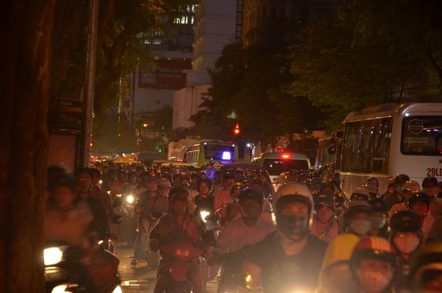 Nhiều tuyến đường bên ngoài các trung tâm thương mại xảy ra kẹt xe kéo dài đến tối