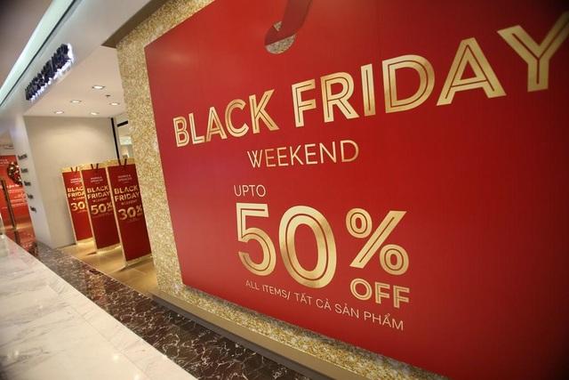 Các gian hàng đồng loạt thông báo giảm giá 30-50% cho tất cả các sản phẩm