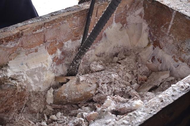 Xung quanh khối gỗ được chèn bằng sáp để tránh máy soi
