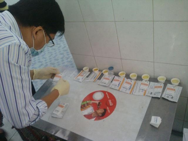 Lực lượng chức năng kiểm tra nước tiểu để xác định dân chơi có sử dụng ma túy hay không