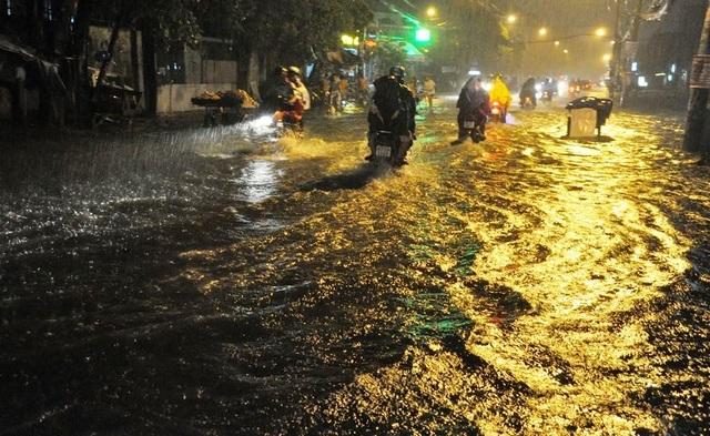 Cơn mưa lớn bất thường diễn ra trên diện rộng ở TPHCM