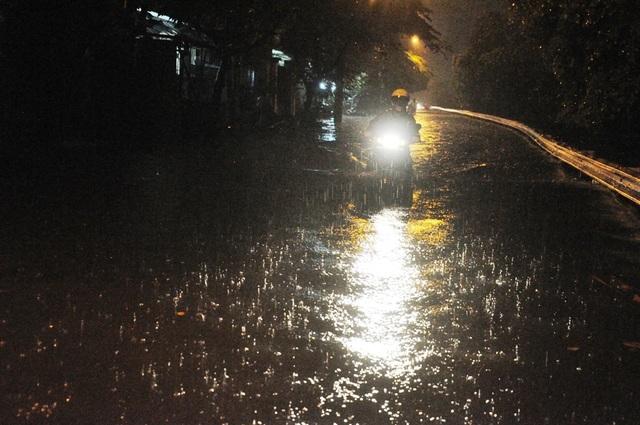 Mưa lớn trái mùa khiến nhiều tuyến đường ở TPHCM bị ngập nặng