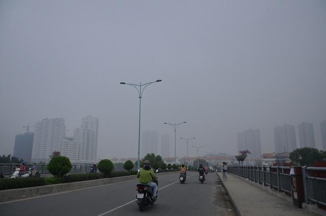 Nhiều khu vực ở TPHCM bị bao phủ bởi lớp sương mù trắng đục