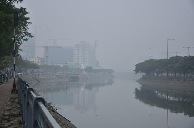 Kênh Tàu Hủ - Bến Nghé mờ ảo trong lớp sương bao phủ