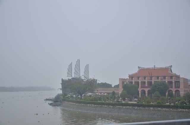 Cầu Phú Mỹ biến mất hoàn toàn phía sau Bến Nhà Rồng