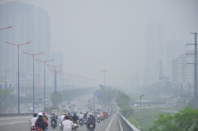 Các phương tiện lưu thông trên cầu Sài Gòn hướng ra Xa lộ Hà Nội
