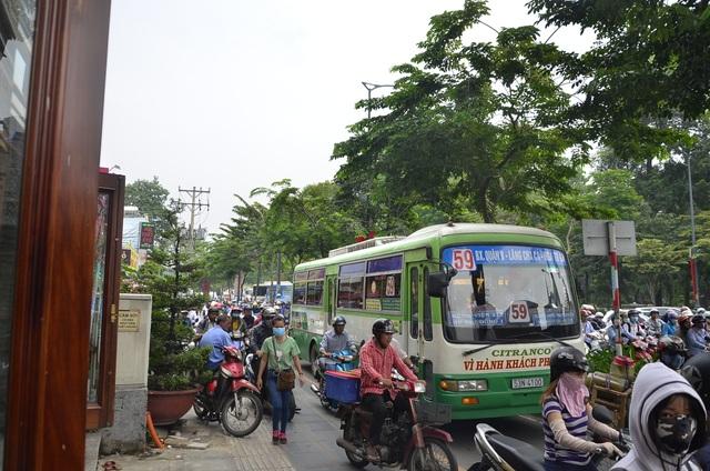 Một chiếc xe buýt lấn vào làn đường dành cho xe máy