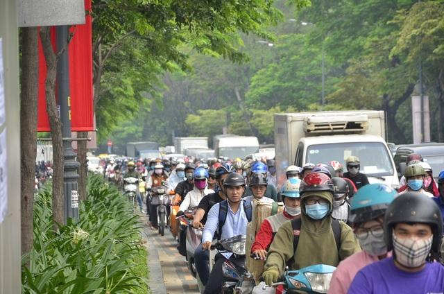 Xe máy xếp hàng di chuyển chậm trên đường Trần Quốc Hoàn
