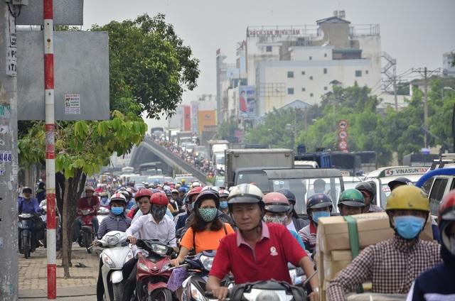 Ô tô, xe máy xếp kín cả trên và dưới cầu vượt thép Hoàng Hoa Thám