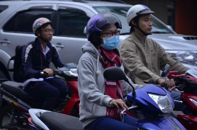 """Người Sài Gòn """"diện"""" áo ấm, khăn len ra đường sáng 14/12"""