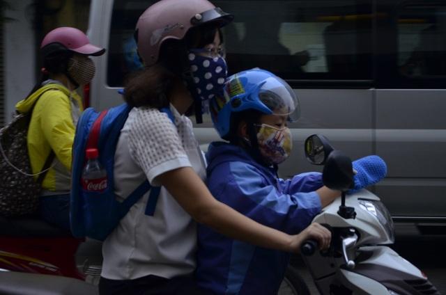 Một số em nhỏ được bố mẹ mặc thêm áo khoác, bao tay để giữ ấm khi đến trường