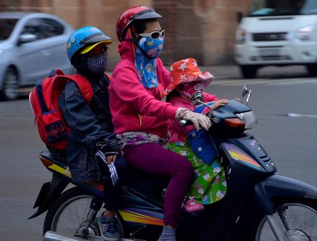 Nhiều em bé được bố mẹ mặc áo, trùm kín mít khi ra đường lúc sáng sớm