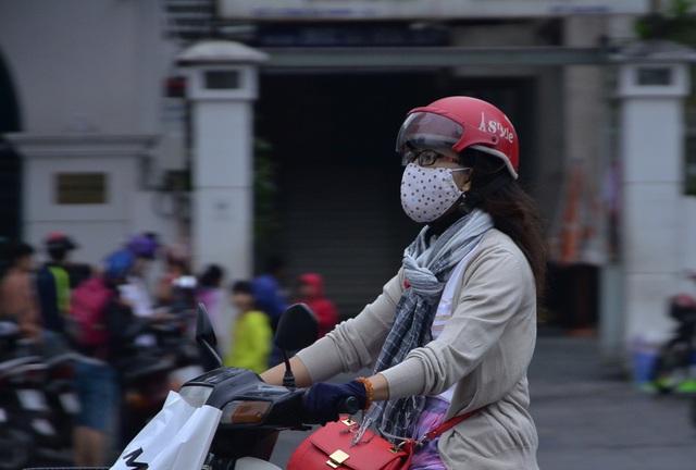 Hình ảnh áo ấm, khăn len trên đường phố Sài Gòn