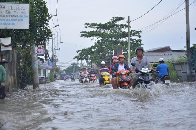 Triều cường gây ngập sâu trên đường Lê Văn Lương (huyện Nhà Bè)