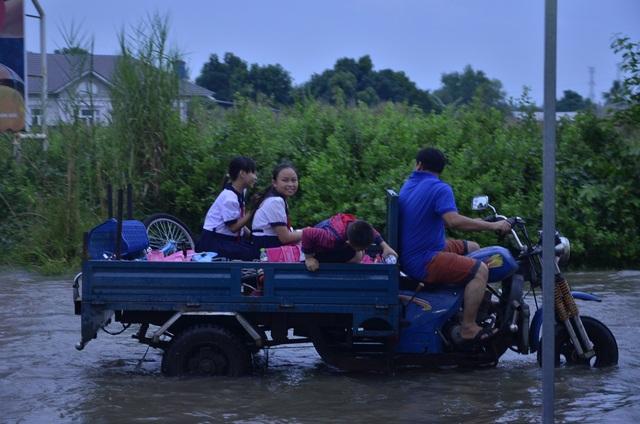 Học sinh cũng được bố mẹ thuê xe ba gác để chở về nhà