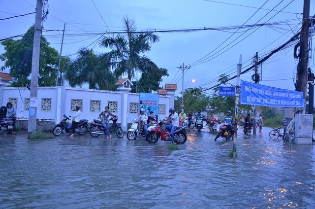 Nhiều người dừng xe chờ nước rút mới về nhà