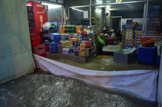Người dân che bạt trước cửa để tránh bị sóng tràn vào nhà